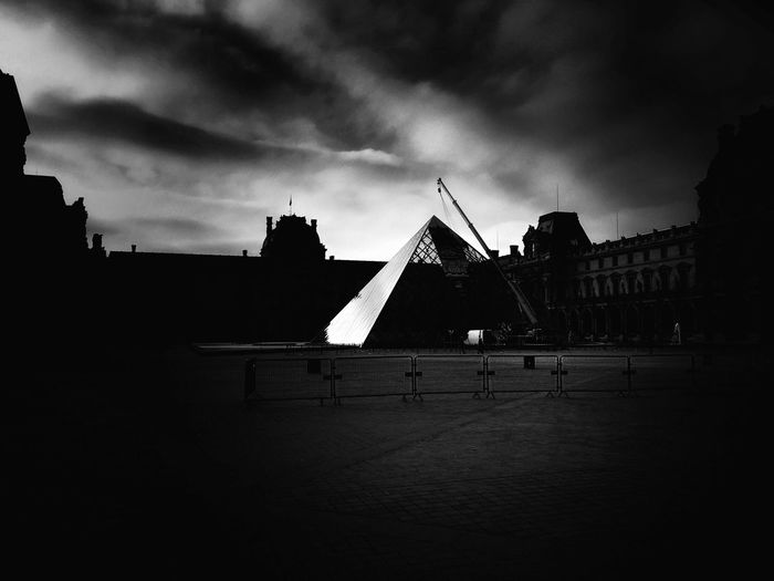 IPhoneography Iphone6s France Bnw Paris Pyramide Du Louvre Muse Jr Poetry Pyramyde Tuileries Blackandwhite