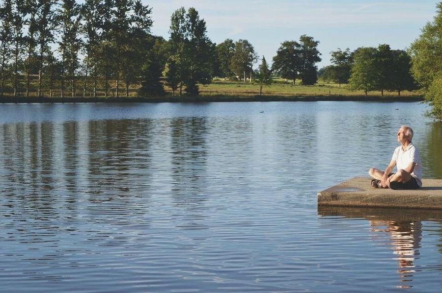 Enjoying Life Enjoying The Sun Meditation Lac Jetée Eau Water Sun Light