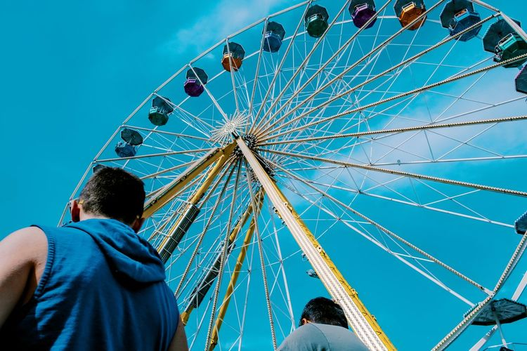 Zwei Riesen am Rad ... Urban Perspectives Street Photography City Walking Around The Devil's In The Detail Amusement Park Amusement Park Ride Leisure Activity Ferris Wheel Arts Culture And Entertainment Sky Low Angle View Real People Group Of People Blue Men Lifestyles Fairground Enjoyment Rear View Clear Sky People Day Outdoors The Street Photographer - 2019 EyeEm Awards