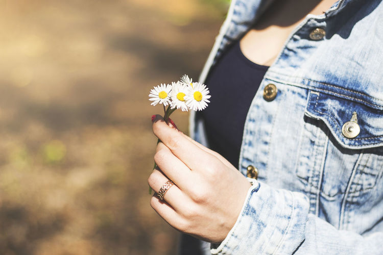Close-up Day Flower Flower Head Fragility Freshness Holding Human Body Part Human Hand Lifestyles Midsection Nature One Person Outdoors People Real People Women Young Adult