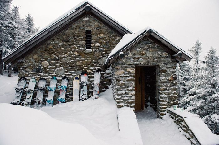 Snow Sports Lodging overnight in the Vermont Mountains > What a good time! Wake up and go Snowboarding ❤❤ > Winter Fireplace StoneHut Stowe