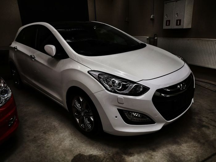 Project HY Hyundai White Car Car Fresh Clean Project Car Mechanic Leicacamera Huaweiphotography P20 Car Workshop Light And Shadow Vehicle Parking Headlight Windshield