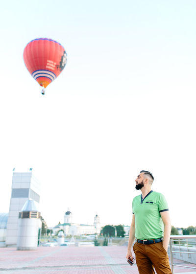 I want to fly to you, baby! Hot Air Balloon Mid-air City Adults Only Leisure Activity One Person EyeEm Best Shots BeardMan ♡♡ 😊😊be Happy Diploidrec JustMe♥ ImissYouu♥ Sky EyeEmNewHere Maleportrait Beardedman Fashion