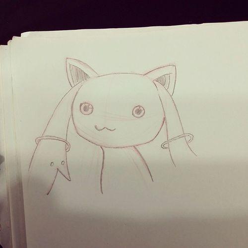 Desenhando por que não quero dormir, mas não estou com saco para desenhar e acabou saindo uma bostinha fofinha. Kyubey Madoka magika