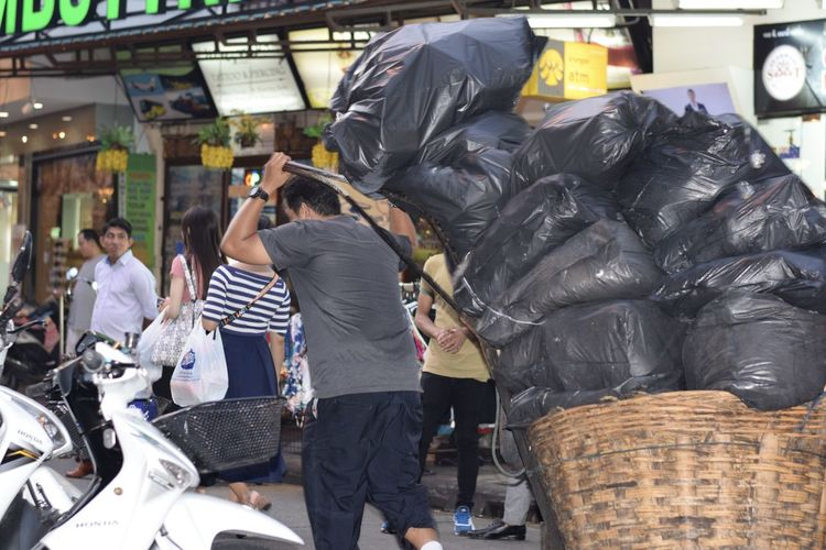love to see how hard all the Thai people work in Bangkok through the humidity and packed streets. Black Bags Thailand Busy People Candid Incidental People Khoasanroad Man Pulling Lots Go Black Bags Along The Street In Bangkok Men Occupation Outdoors Real People Street Streetphotography Travels #urbanana: The Urban Playground My Best Travel Photo