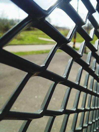 Derrière les barreaux. L'attente du Tram .. Like