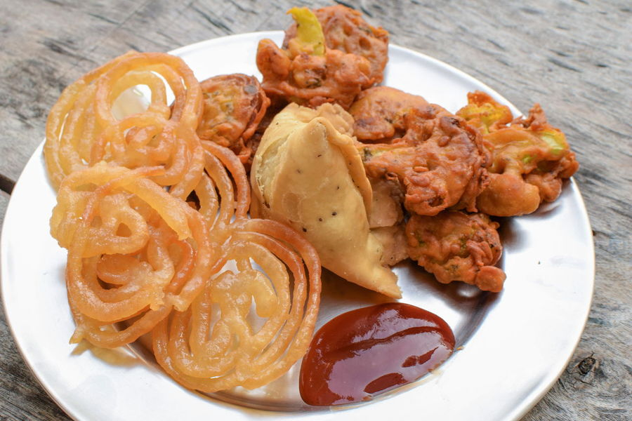 😋😄 InMakin! EyeEm Selects Randomness Foodphotography Diwali Celebrations Platter Jalebi Samosa Pakoda Plate Food And Drink Food Ready-to-eat Freshness Serving Size No People Temptation Indulgence Sweet Food