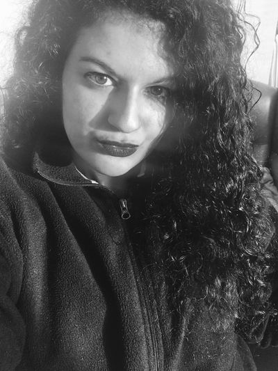 Tengo que acostumbrarme a las fotos con este móvil😅😅 Portrait Beauty Day Kiss Photo Selfie ✌ Picoftheday Hello World Selfportrait Relaxing EyeEm Photooftheday Bestoftheday EyeEm Best Shots Today's Hot Look That's Me Taking Photos Sexygirl Model Black And White Curly Hair Girl Blackandwhite Eyes Light And Shadow