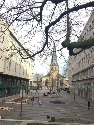 Tree Building Exterior Architecture City Built Structure Bare Tree Street Outdoors Real People Germany Stadtessen Travel Destinations Road Branch Lifestyles Women Day Men Large Group Of People Sky People