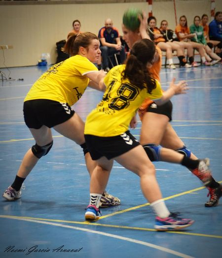 EyeEm Selects Fotography Women Handball Fotografie Handball Is My Life Competitive Sport Indoors  Motion Leisure Activity Sportsman Athlete Day Adult Activity Men Sport Sports Team Competition Healthy Lifestyle Exercising People Water Yellow Track And Field Athlete Full Length