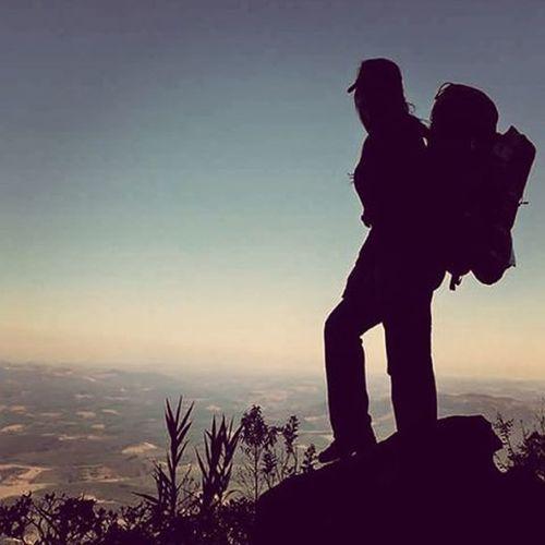 Tudo que você precisa para viver cabe dentro de uma mochila.. Na foto: @nathi_mgomes Varamato Montanha Liberdade Silhueta Silhouette Mountaining Minasgerais Catasaltas