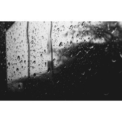 Începe să plouă. Se face seară.