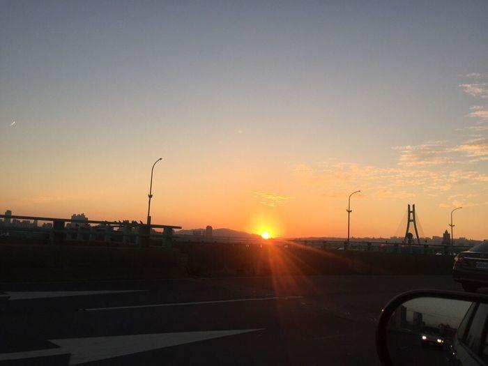 瞬間日落(^O^) ㄧ瞬間 景色 這扇門 Sky 天空的畫作 太陽🌞 接送 爸、媽 回窩