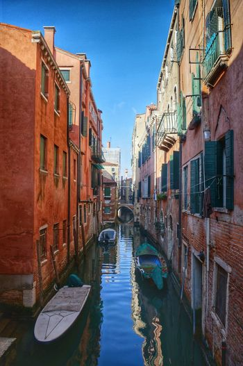 A quiet alleyway in Venice where the merchant of Venice is likely to run out right now. On a trip to Venice Burano Island Aleeej Color Window House Reflection Bridge Sim_ Korean Travel Photography Travel Venezia Murano Burano Venice Italy Sunlight Boats Laundry Sea Water Canal Building Exterior Outdoors Architecture Day Nautical Vessel No People Sky City Gondola - Traditional Boat