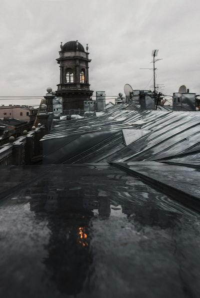"""Архитектурная доминанта на """"5-ти углах"""", построенная по проэкту А.Л. Лишневского в 1913 году, доходный дом с богатой историей и просто одно из самых атмосферных мест Петербурга Walk Roof Urban Rooftops Rooftop Спб On The Roof Vscocam Spb Above Urbanexploration Rooftop View  Puddleography Puddle Puddle Reflections Reflection петербург крыша Питер Ontheroof VSCO крыши Петербурга NIKON D5300 Roofview Rooftop_spb"""