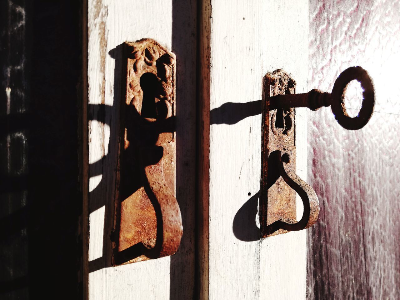 CLOSE-UP OF CLOSED DOOR KNOCKER ON WOODEN WALL
