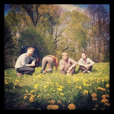 Kurzer Zwischenhalt auf einer Wiese. Auf dem Weg von München nach BERLIN. MORGEN Abend spielen wir im MAGNET. Wir bringen Blumen mit. Thefogjoggers Fromhearttotoe Tour Berlin magnet löwenzahn