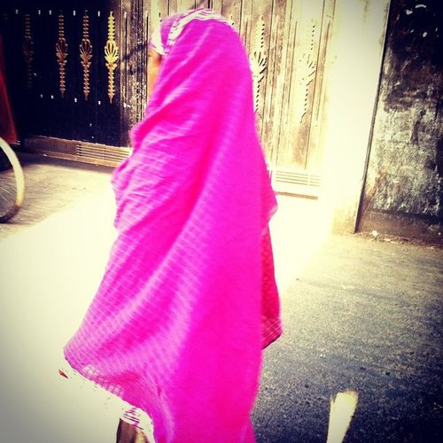 street ! Js Photographer Street Photography Dailylofe Woman Veil Color Pink Photojournalism Documentary IPhone Insta Opensociety Chittagong Bangladesh Instagram Everydayeverywhere Everydaybangladesh Reportagespotlight Chottogram
