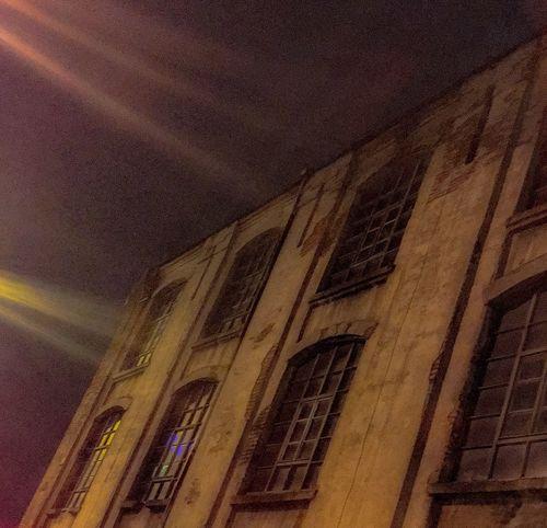 Nocne światła Noc Błysk Kamienica Okna światła Budynek Architecture No People Low Angle View Built Structure Indoors  Night