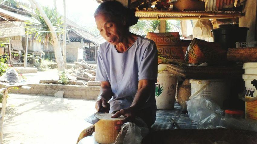 Balinese Food Kerupuk Knife Women Woman At Work Bali Balinese Woman Balinesia Balinese Life Balinesewoman Theportraitist-2016eyeemawards