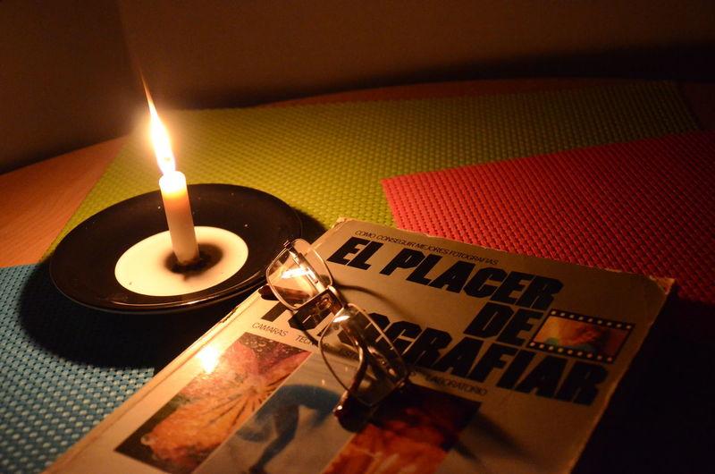 El Color De La Oscuridad Y La Luz Old Books A La Luz De La Vela