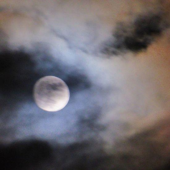 Luna entre nubes hoy. Zaragoza Lunalunera Skylovers Moon nubesdehoy igerszgz igersaragon