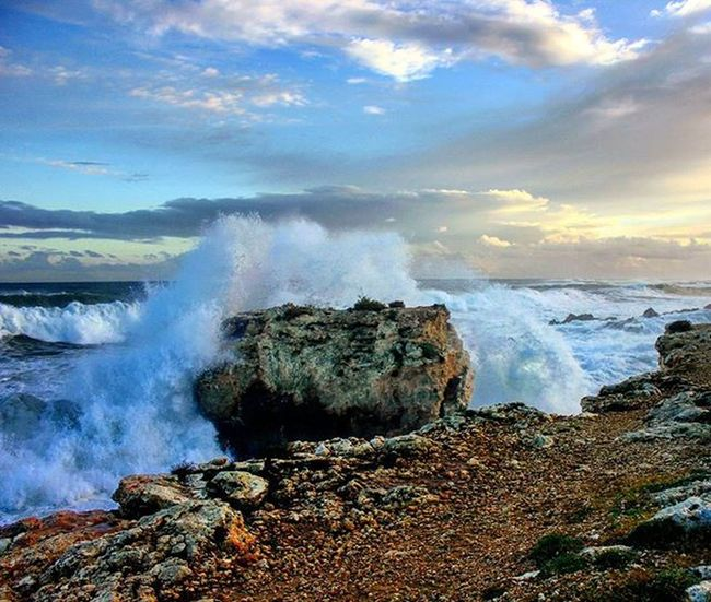 The perfect moment for shoot a photo!Italy Sicily Siracusa Ognina Waves Windyday Wind Cloud Cloudyday Sea Power Naturepower Nature Narurelovers Coast Powerwaves Superb Awesome Rocks