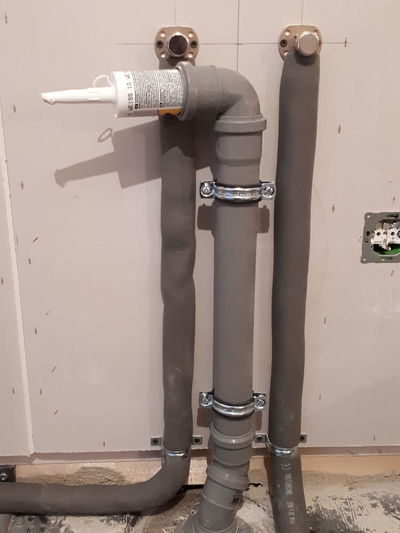 Kunst mit Rohr Wasserleitung Spielerei Abfluss Küche Rohbau