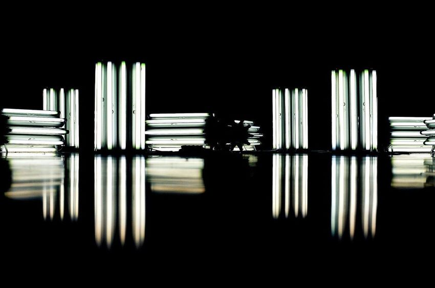 Clusters of fluorescent tube lights in pitch black darkness, with reflection Flouresent Light Abstract Tubes Lighting Installation Installation Art Black Stark Reflection Pivotal Ideas Cluster