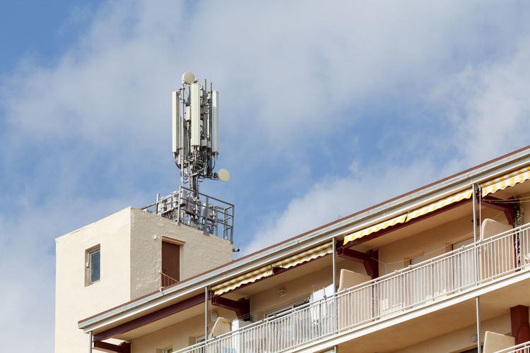 Telecommunications and mobile antennas in a rooftop of a building