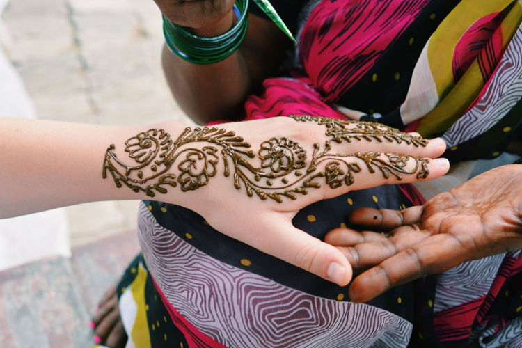 Close-up Culture Design Fashionable Gold Colored Henna Tattoo Holding Lifestyles Person Showing Tattoo Mendhi Art Hand Art Is Everywhere