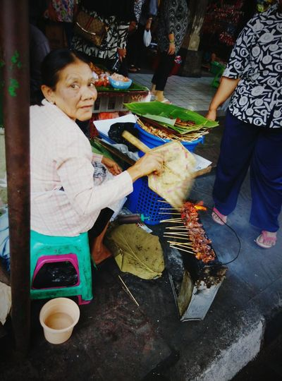 Satay ..barbecue skewer Taking Photos People Watching Peoplephotography Indonesian Culinary Localdelicacy Local Market Tasty😋