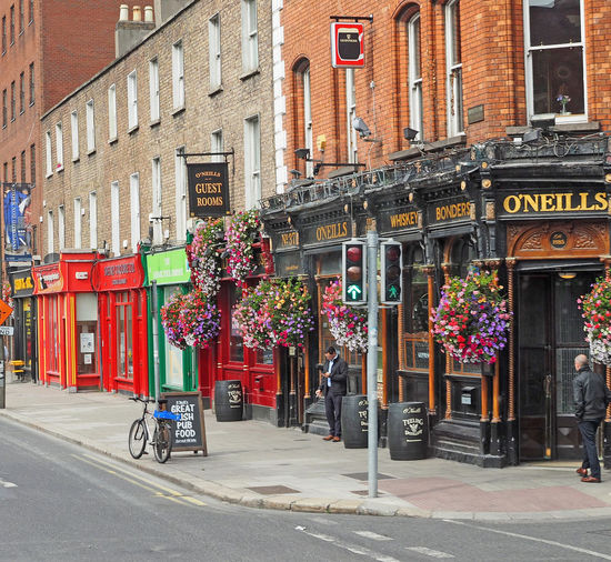 Architecture City Bicycle Day Outdoors Transportation Bed And Breakfast Awning Irish Pub No People Dublin City Guest House Hanging Baskets Multi Colored Building Exterior Built Structure Land Vehicle Pub Scene A Taste Of Dublin Traffic Lights In Dublin Irish Pub Food Guinness Sign Red Shopfront