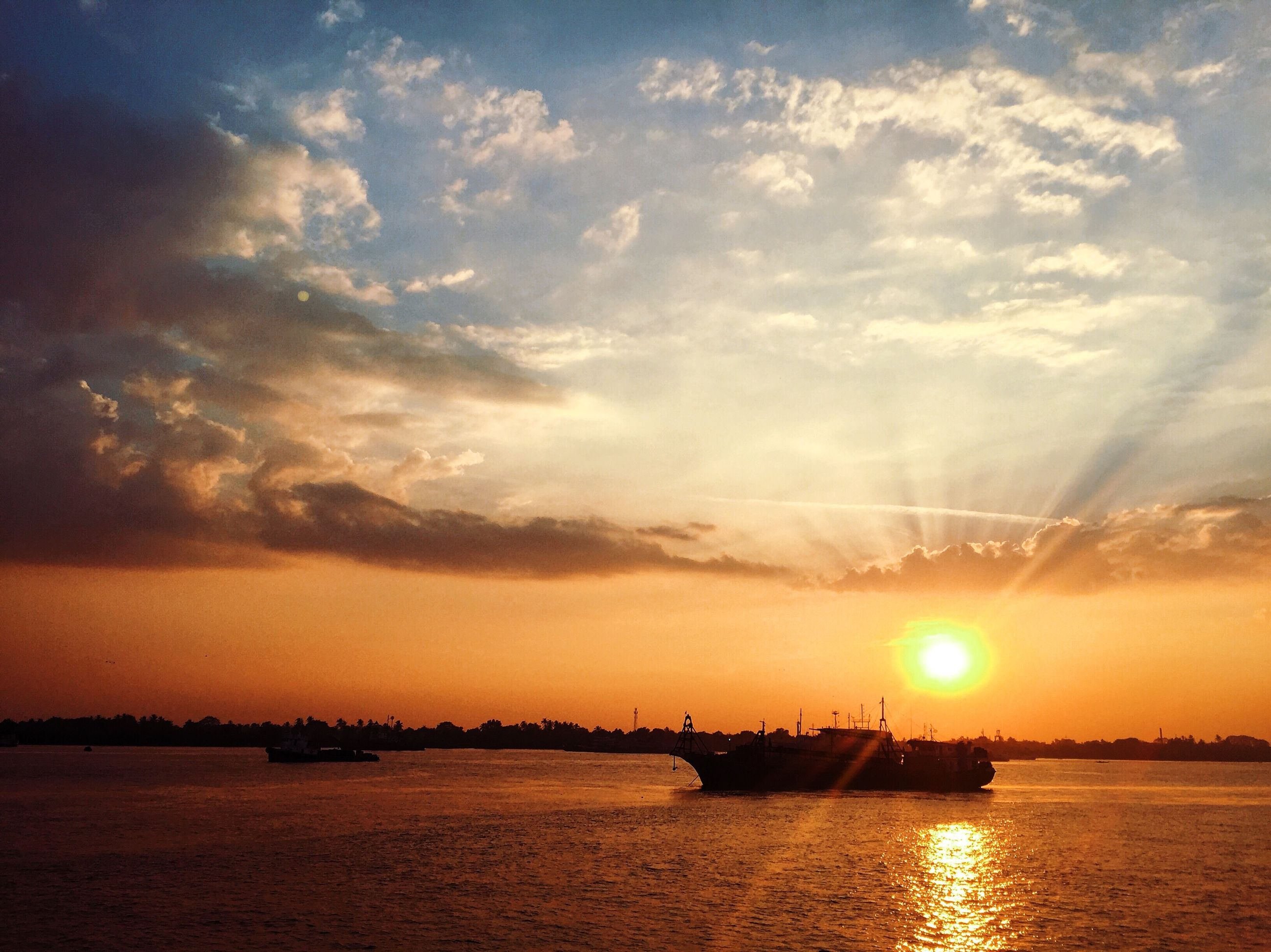 sunset, water, sun, waterfront, sky, scenics, sea, tranquil scene, beauty in nature, tranquility, orange color, nature, reflection, idyllic, cloud - sky, sunlight, river, sunbeam, silhouette, rippled