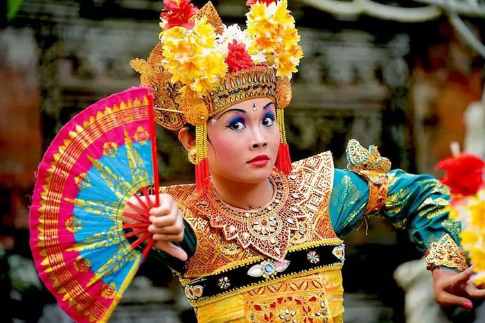 Beautiful bali dance in uluwatu tample People Watching