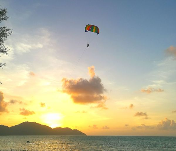 Water Sea Scenics Transportation Tranquil Scene Flying Sunset Parachute Leisure Activity Nature Vacations Tranquility Sky Beauty In Nature Mid-air Adventure Paragliding Waterfront Multi Colored Non-urban Scene People And Places P9 Huawei Showcase October Street Photo
