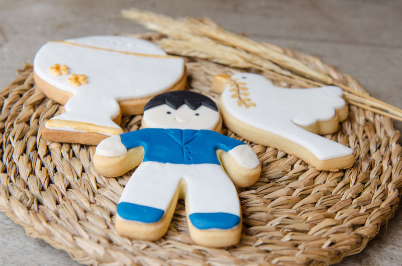 Close-up of cookies on straw placemat