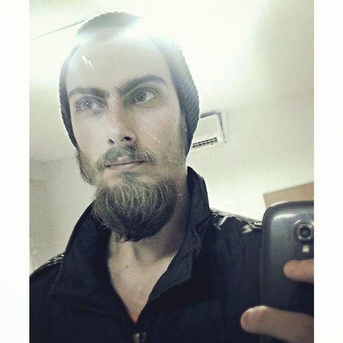 Gorro na cabeça e barba grande! Pronto pro frio! Friodocaralho Tramparnamadrugadaéfoda Vamoquevamo énoisqueiroz