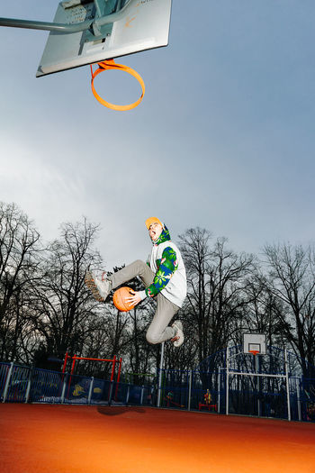 Jump Jumping One Man Only People Real People One Person Basketball - Sport Court Basketball Hoop Sport Sky Making A Basket Basketball Slam Dunk Basketball - Ball Taking A Shot - Sport Basketball Player Mid-air Flying Scoring A Goal Scoring My Best Photo Streetwise Photography