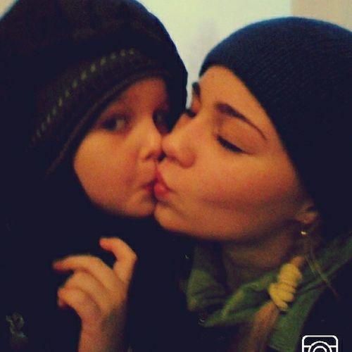 Братишка  меня целует