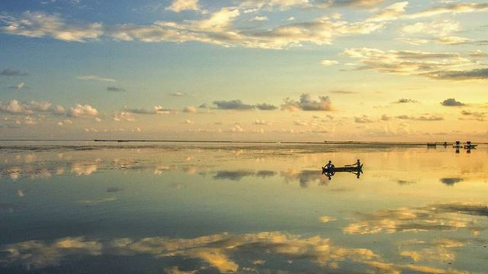 Nikon Indonesia Social Media Anniversary [Mengarungi lautan awan] Bagi suku bajo, lautan adalah lapangan bermain sekaligus gudang mata pencarian. Tak peduli siang ataupun malam, mereka tetap asyik di lautan. Lokasi : Kampung Bajo, Pasarwajo, Buton. Sulawesi Tenggara. Iamindonesiacontest Nikonindonesia Iamindonesia @nikonindonesia