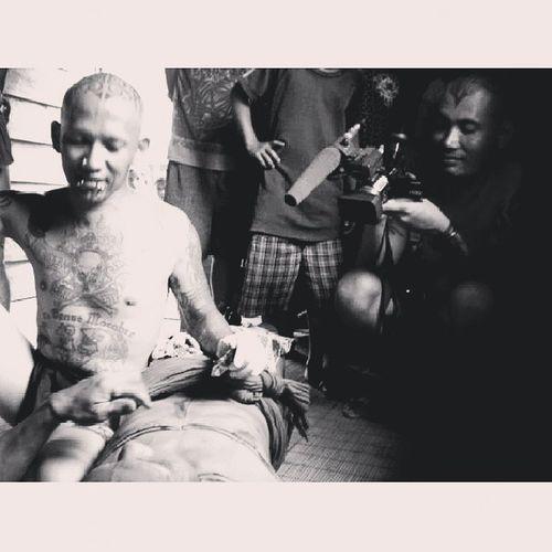 Dukun tato @durgatattoo sedang merajah Sikerei (shaman) di pedalaman Siberut Selatan. Mentawai Mentawaitattoorevival Travel Tribal discoverindonesia paradise instanusantara indonesia