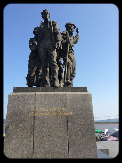 Памятник первостроителям!