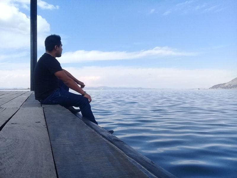 Siempre mirando hacia adelante... nunca descuidando los costados y menos olvidando atras. Only Men One Person Mature Adult One Mature Man Only Water Mature Men Relaxation Puno, Perú