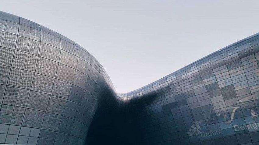 That curve tho ✅ DDP DongdaemunDesignPlaza ZahaHadid Seoul Korea VSCO