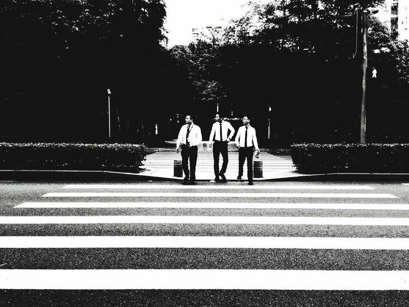 过马路 黑白 三人行