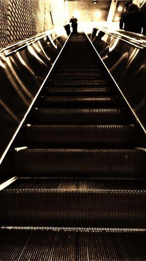 Station Escalator 長〜いエスカレーター歩く人は尊敬に値します。