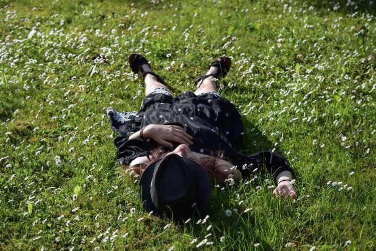 Das schöne Wetter muß man genießen Relaxing Relaxing Moments One Person Portrait Of A Woman Portrait Photography Sunshine Sunnyday Girl EyeEm Germany GERMANY🇩🇪DEUTSCHERLAND@ Germany Photos Official EyeEm © EyeEm Best Shots EyeEmNewHere EyeEm Nature Lover EyeEm Selects Grass