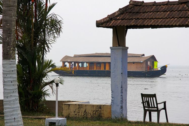 House boat on the Vembanad Lake in Kumarokam Dock Horizon Over Water Houseboat Houseboats Of Kerala India Kerala Kumarakom Lake No People Outdoors Palm Tree Sky Tranquil Scene Travel Destinations Water