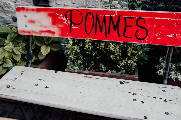 Pommes Pommes Frites Pommes Currywurst Text Day Plant Red Communication Nature Wood - Material Western Script No People Growth Sign Outdoors Close-up Non-western Script Capital Letter Leaf Script Information Sign Information Sunlight Message Pommesbude